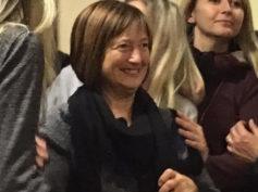 Va in pensione la maestra Vittoria: il commosso abbraccio di bambini e mamme