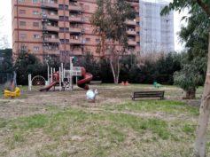 Non più nel degrado: pulito il parco giochi tra via Achille Tedeschi e via E. Torelli Viollier
