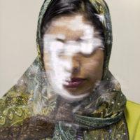 """Lingering Ghosts: in mostra le """"ombre sospese"""" negli occhi dei migranti fotografati da Sam Ivin"""